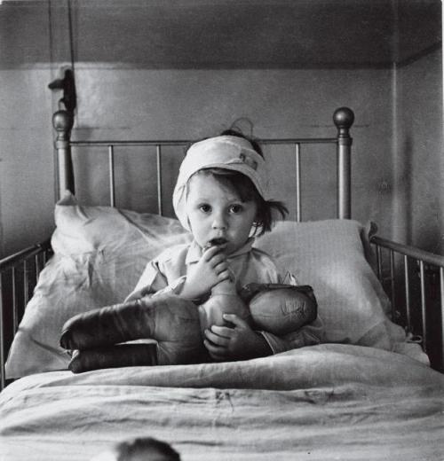 cecil-beaton-london-bomb-victim-c-1940