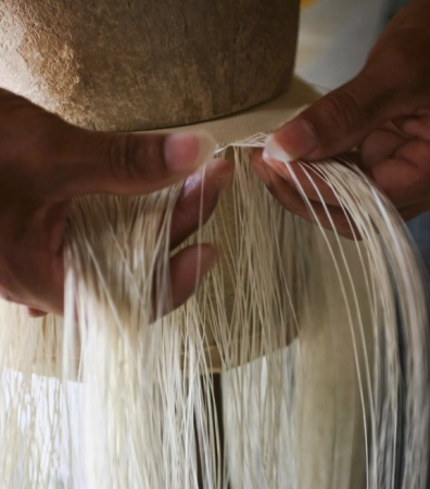 hands-weaving-panama-hat 2