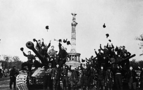 Aufnahmedatum: 08.05.1945  Aufnahmeort: Berlin  Systematik:   Geschichte / Deutschland / 20. Jh. / Nachkriegszeit: Berlin 1945-49 / Alliierte / UdSSR / Soldaten / Porträts / Gruppen